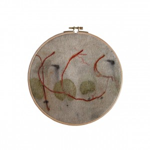 BAIN n°37 EMPREINTE n°01 / eucalyptus, arbre de judée, fer sur laine / diam.22 cm - 100 €