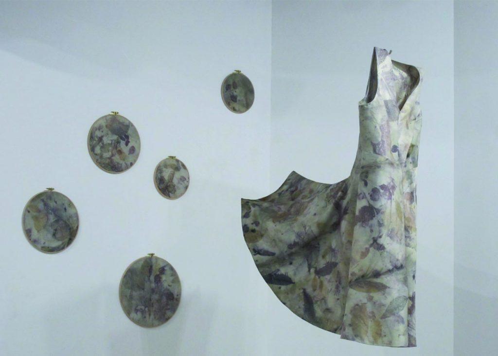 """robe par mapie des vignes , des empreintes végétales et la coupe en un morceau. exposition """"entre art et métier d'art"""" au Moulin des Arts."""