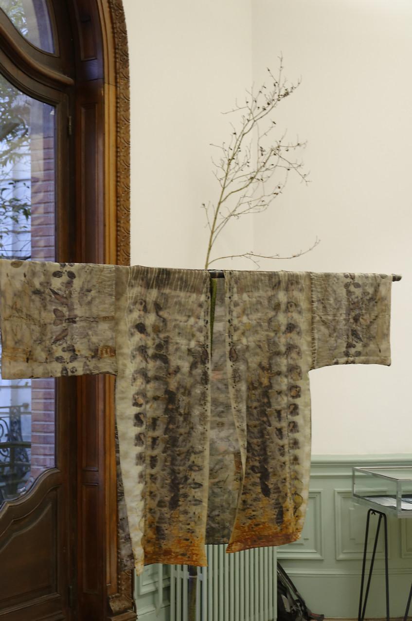 """exposition Shinrin-Yoku de mapie des vignes et helena sellergren.kimono - """"Sous bois"""" - soie, empreintes végétales."""