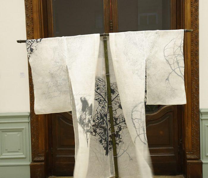"""exposition Shinrin-Yoku de mapie des vignes et helena sellergren.kimono - """"Poésie d'Automne"""" - voile de lin, sérigraphie"""