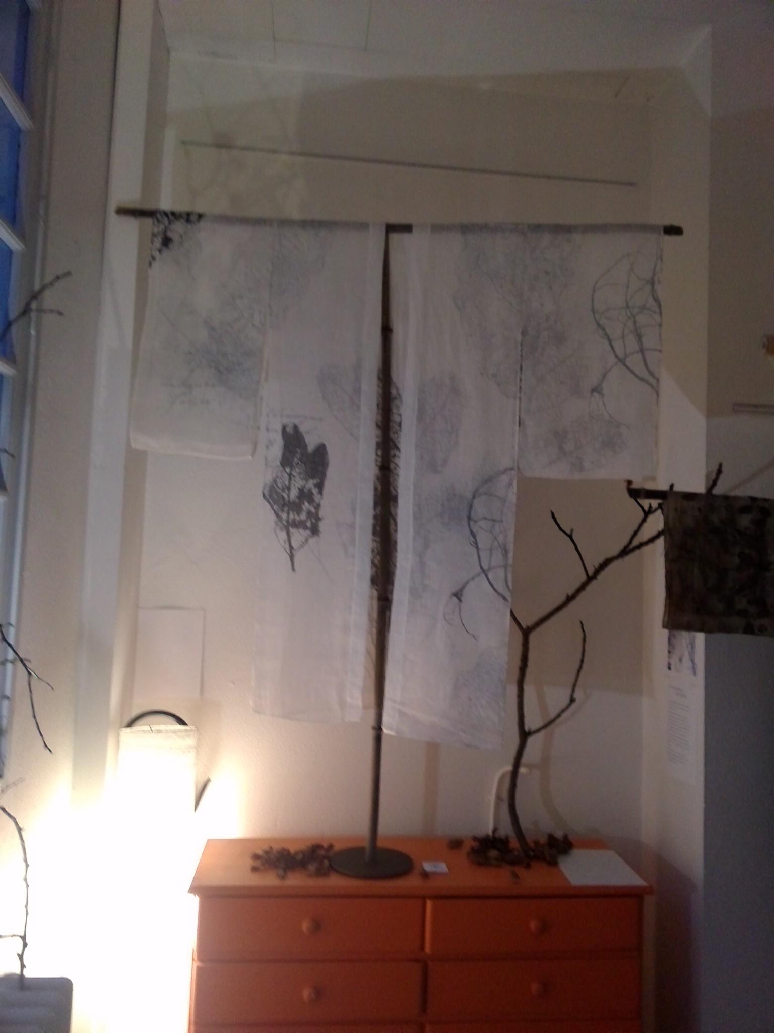 """exposition Shinrin-Yoku de mapie des vignes et helena sellergren.kimono """"Poésie d'Automne"""" sérigraphie sur voile de lin"""