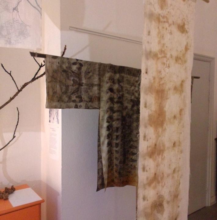 """exposition Shinrin-Yoku de mapie des vignes et helena sellergren.Kakemono """"haïku de la Forêt"""" et noren """"Sous Bois"""""""