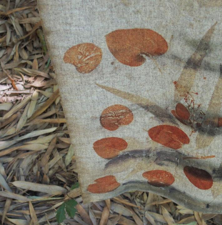 """exposition Shinrin-Yoku de mapie des vignes et helena sellergren. : Kimono """"Coeur d'Automne"""" détails ... empreintes d'eucalyptus sur laine"""